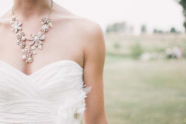 svatební šaty a náhrdelník