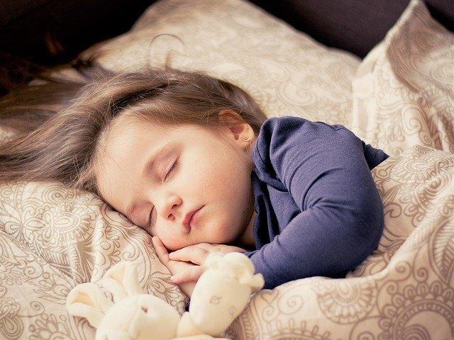 dítě spící s plyšákem